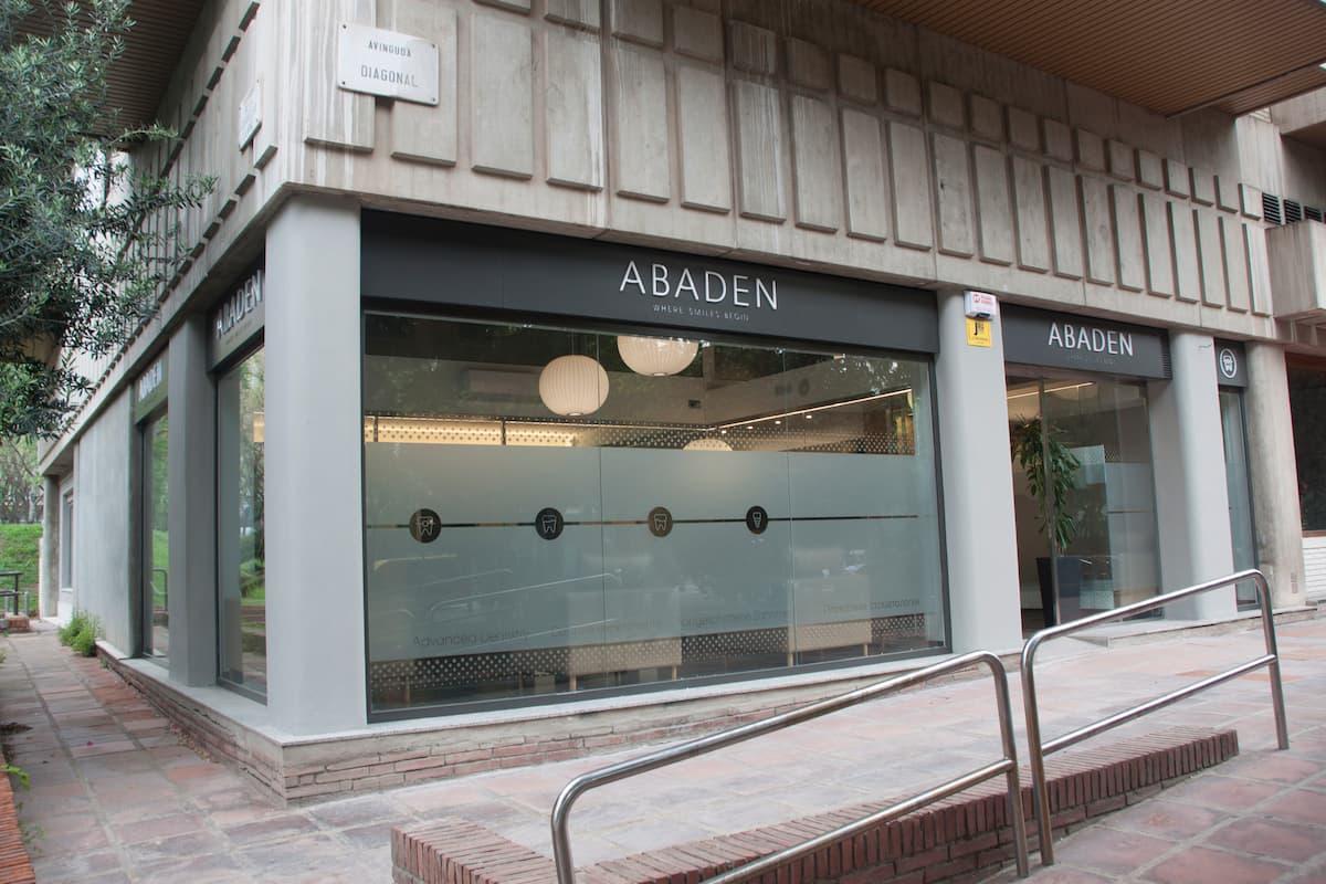 Façana de la clínica dental Abaden a Barcelona