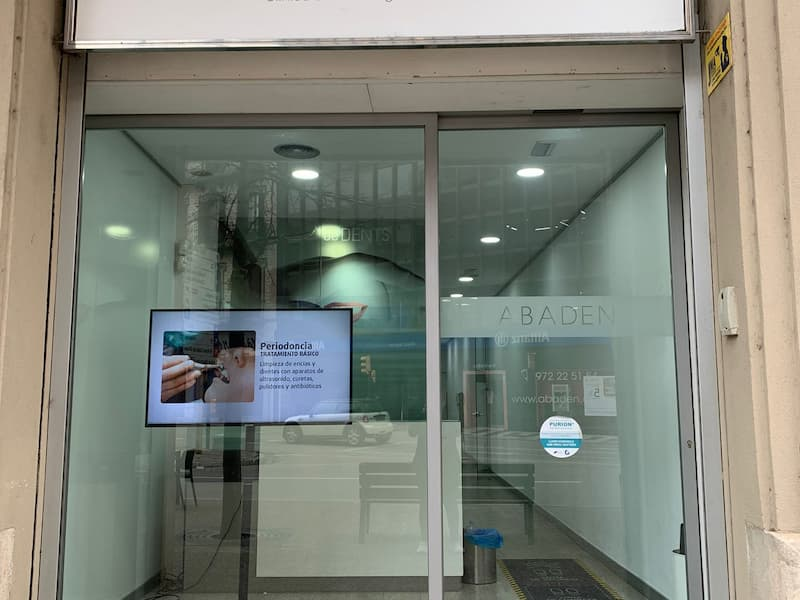 Entrada a la clínica dental Abaden en Girona