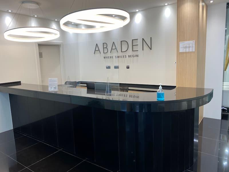 Recepción clínica dental Abaden en Mataró