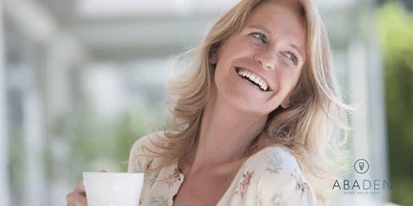 ¿Cómo afectan los cambios hormonales a las encías de las mujeres?