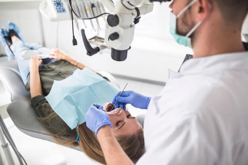 Ventajas de usar el microscopio en odontología